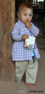 Niño con tanaka en el rostro